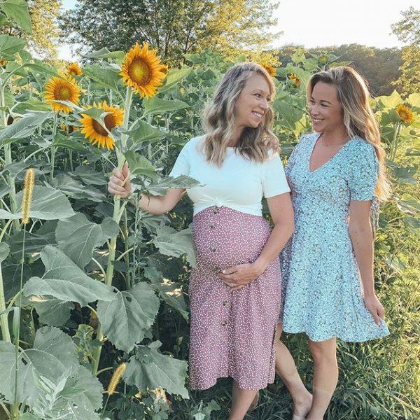 mãe grávida posando pra foto com a filha