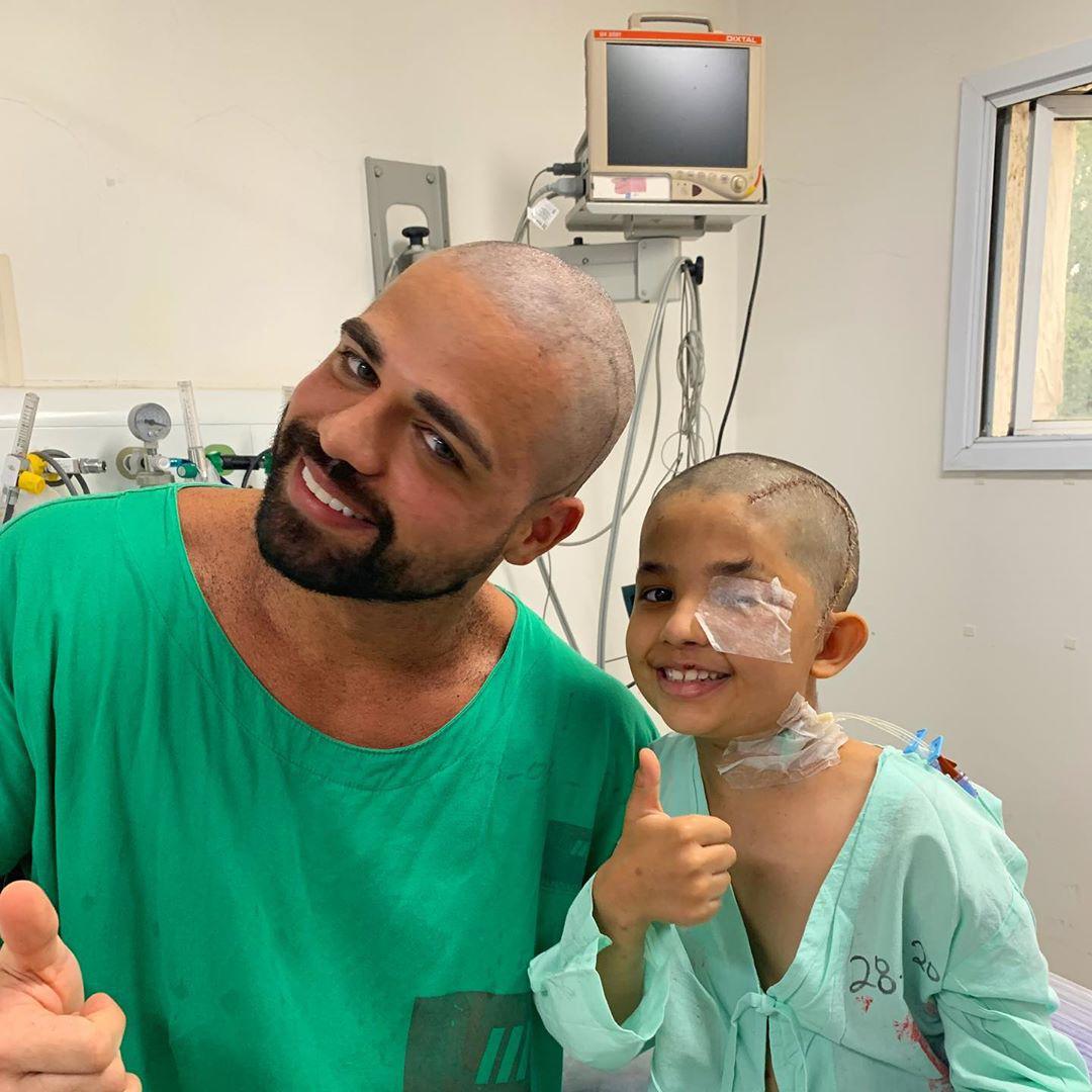"""Em vídeo, médico cumpre promessa de ficar """"igual"""" a pequeno paciente e gesto carinhoso viraliza 2"""