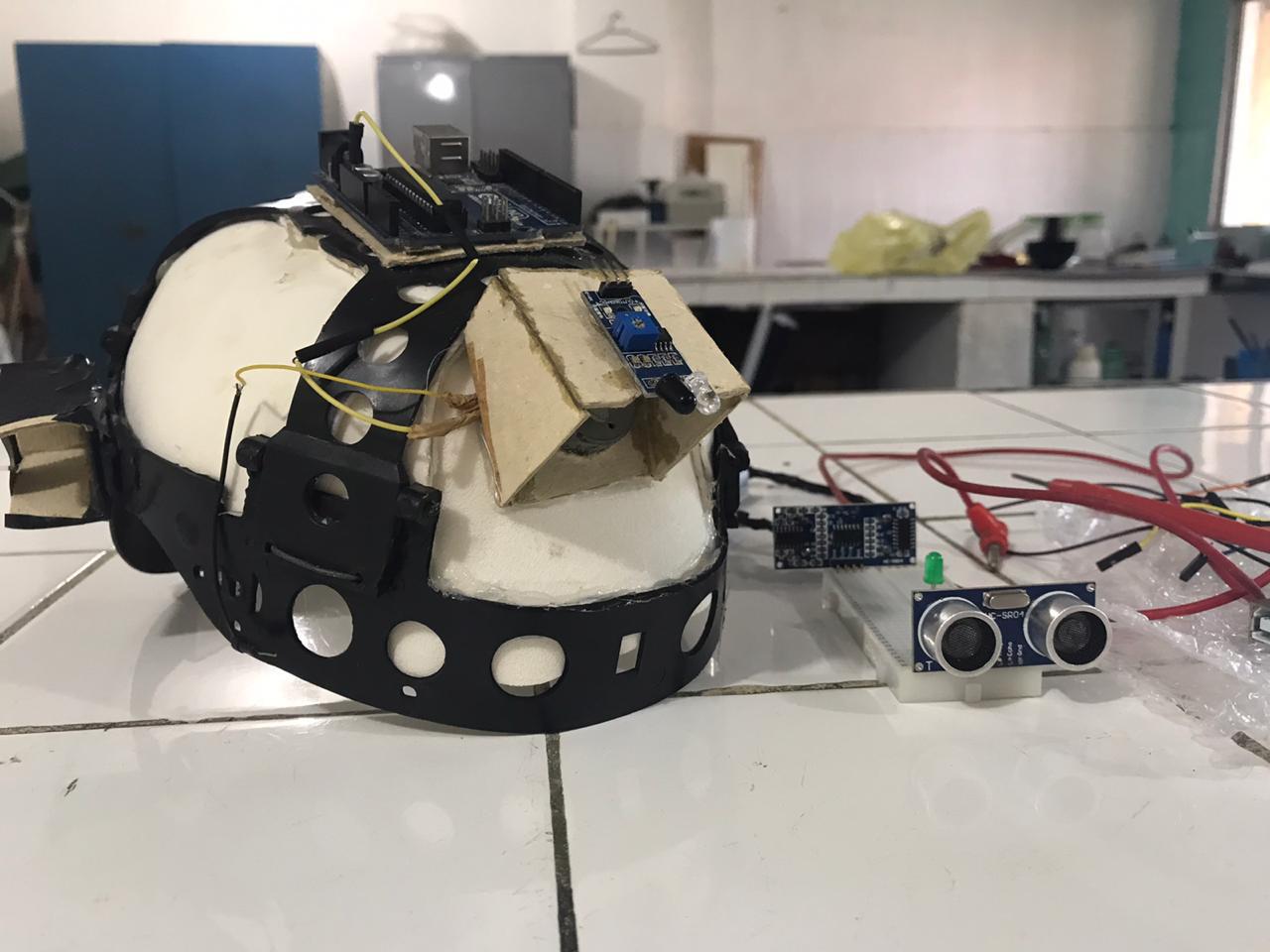 Alunos do CE transformam capacete de construção civil em sensor de movimento para deficientes visuais 2