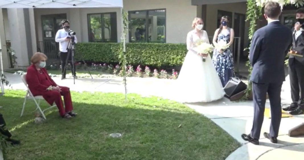 Noivos casam sob regras do isolamento social em asilo para que avó assista 1