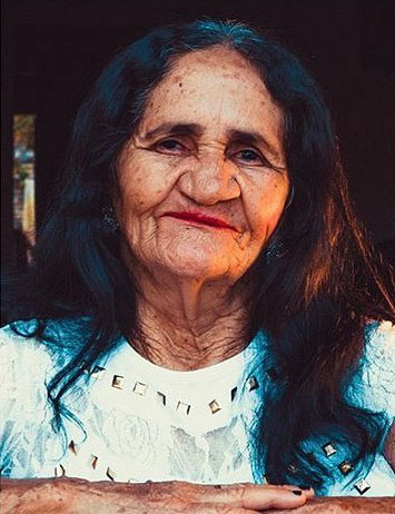 idosa sorrindo batom vermelho janela