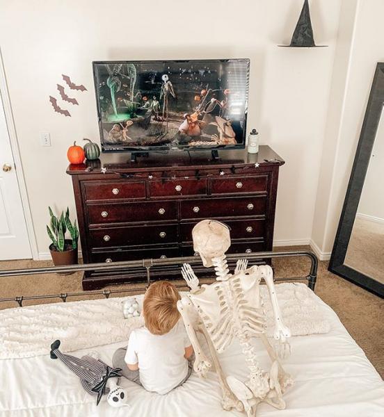 Theo e esqueleto amigoa