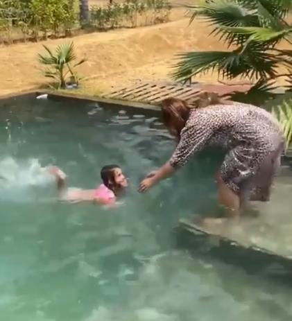 Ju entrando na piscina