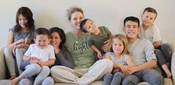 familia com irmãos adotivos