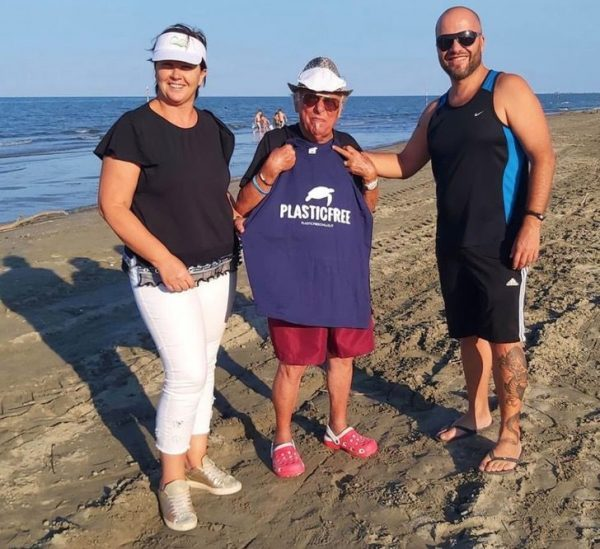Vovô tira lixo das praias