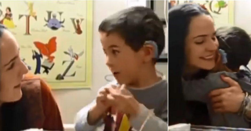 [VIDEO] Menino não contém a emoção ao ouvir pela primeira vez a voz da mãe 1