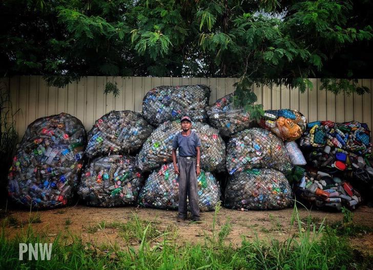 Homem com câncer nos ossos caminha 10 km por dia para limpar ruas e praias na Malásia 3