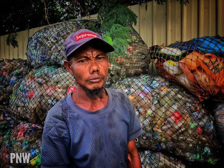 Homem com câncer nos ossos caminha 10 km por dia para limpar ruas e praias na Malásia 2