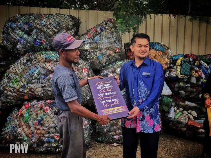 Homem com câncer nos ossos caminha 10 km por dia para limpar ruas e praias na Malásia 4