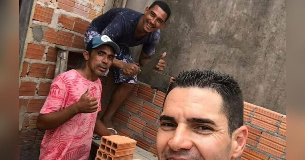 Jogadores ajudam na construção da casa de massagista do clube de futebol, no Maranhão 1