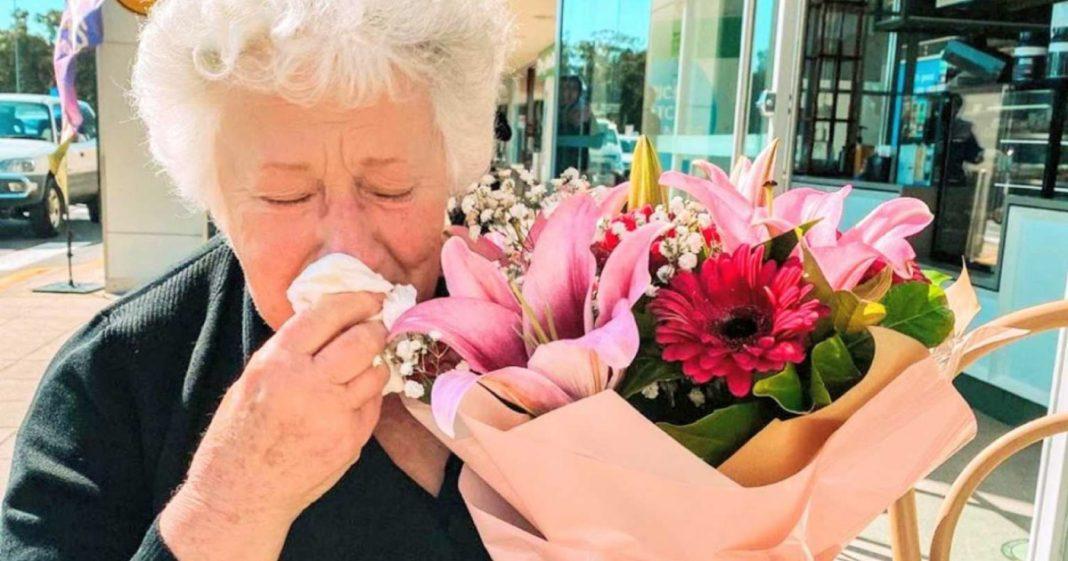 Mulher vê uma viúva chorando no restaurante e compra um buquê de flores para animá-la 2