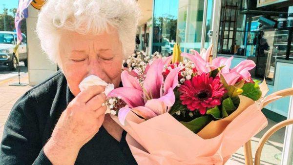 Juanita recebe flores de desconhecida