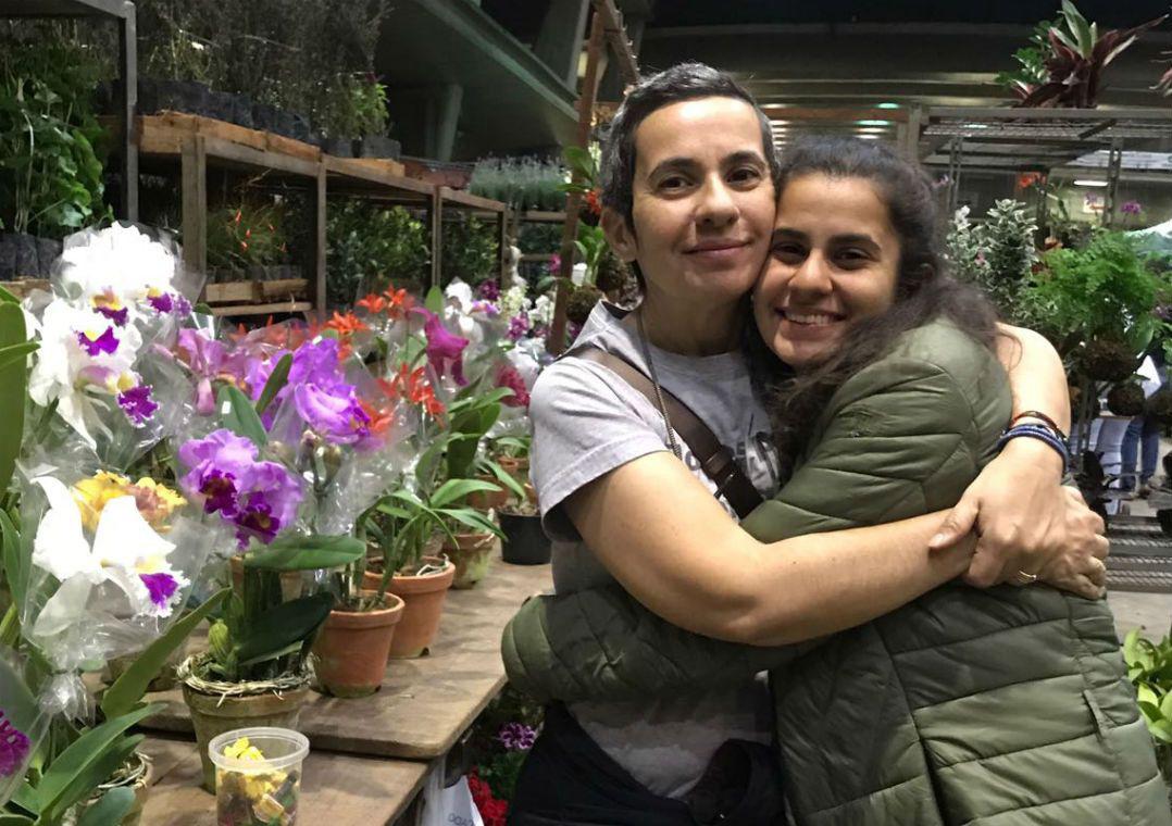 Mãe cria atelier de flores para ajudar trabalho humanitário da filha com refugiados: Flores para os Refugiados 2