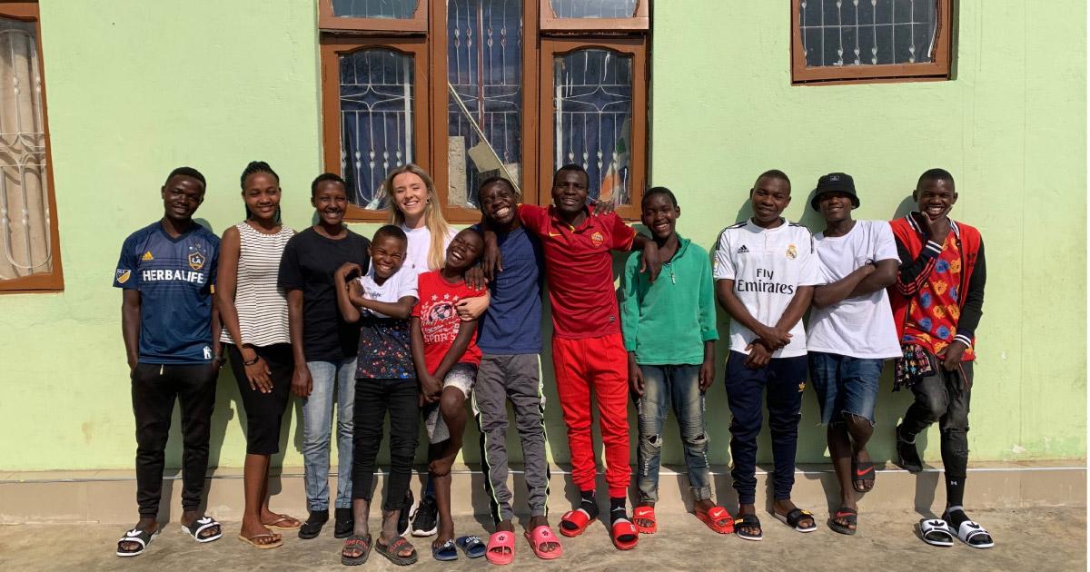 Letty adota crianças órfãs da África