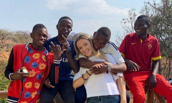 mulher adota 9 crianças afrianas