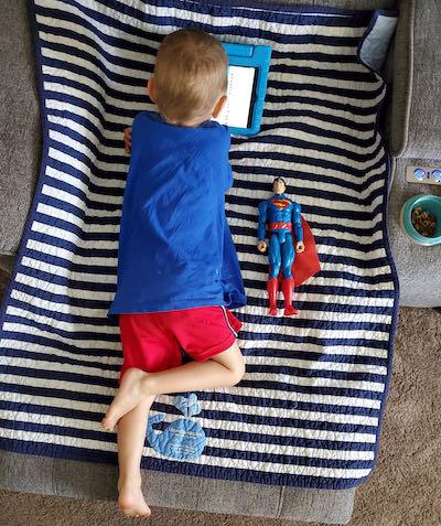 Mãe fotografa evolução milagrosa de filho nascido do tamanho de boneco do Super-Homem e fotos impressionam 4