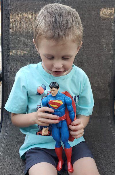 Mãe fotografa evolução milagrosa de filho nascido do tamanho de boneco do Super-Homem e fotos impressionam 5
