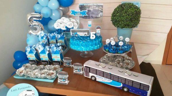 festa de aniversário com tema de ônibus