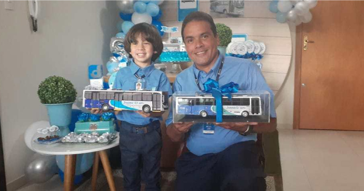 Garoto ganha festa com tema de ônibus