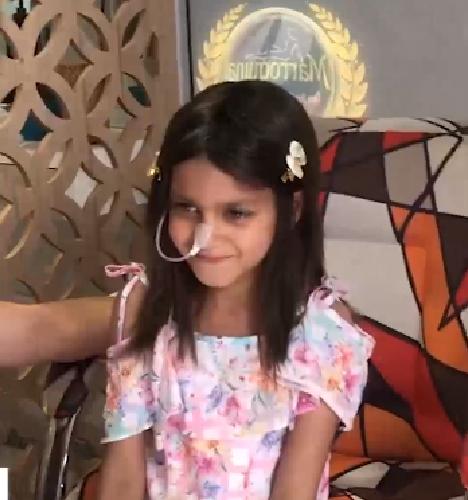 menina com peruca feita com cabelo da mãe