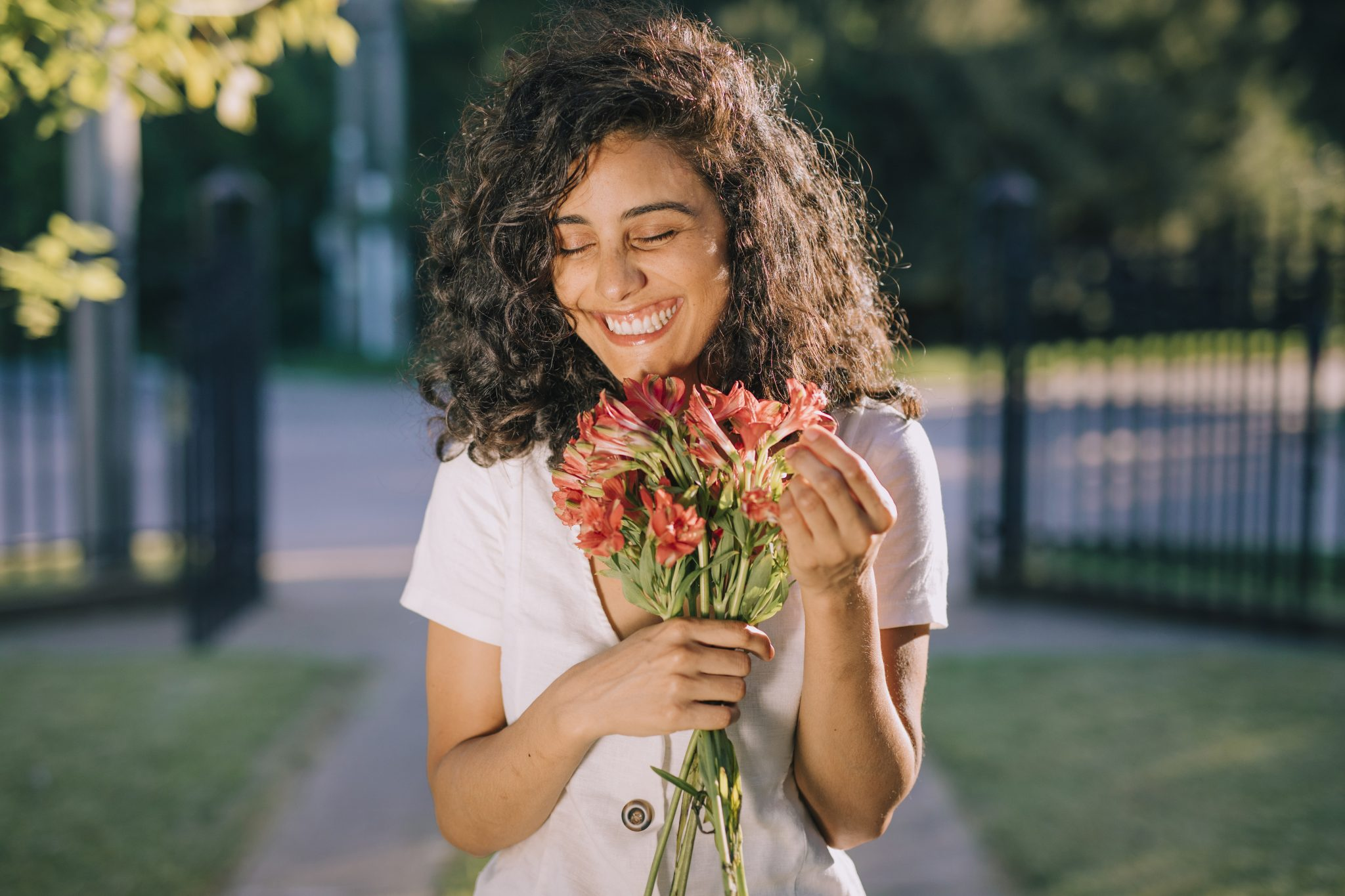 mulher segurando buquê flores sorrindo
