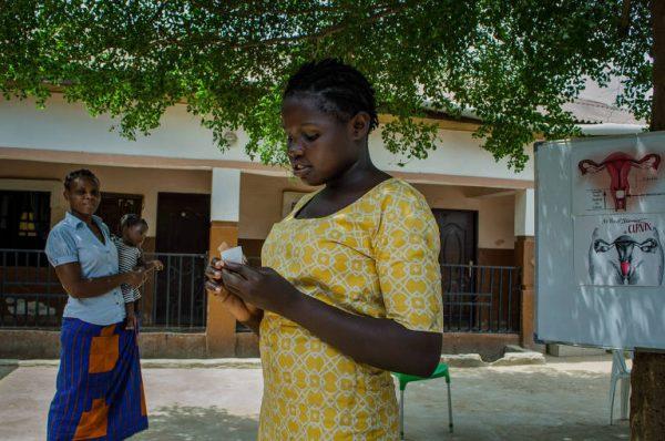 mulher segurando um coletor menstrual