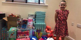 menina arrecada brinquedos para crianças carentes