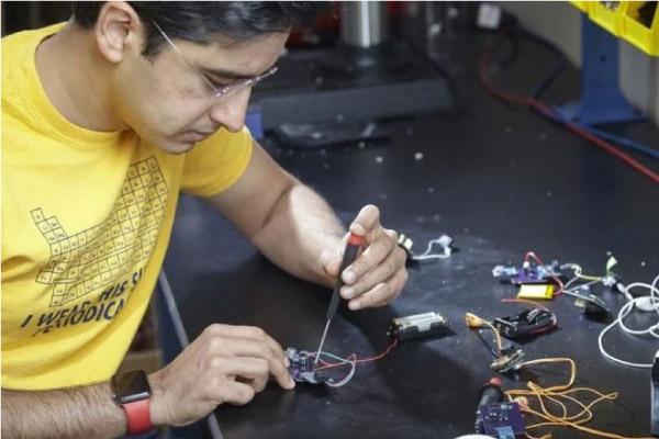 cientista cria aparelho auditivo de 1 dolar