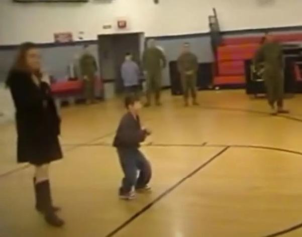 filho com paralisia cerebral anda ao encontro do pai