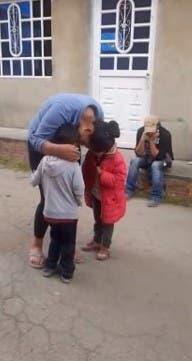 garoto contrata serenata para a mãe