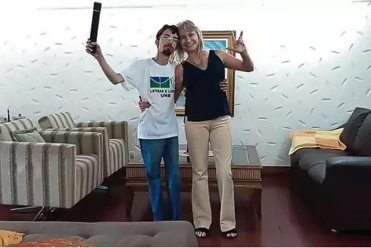 Iury e a mãe comemorando o diploma