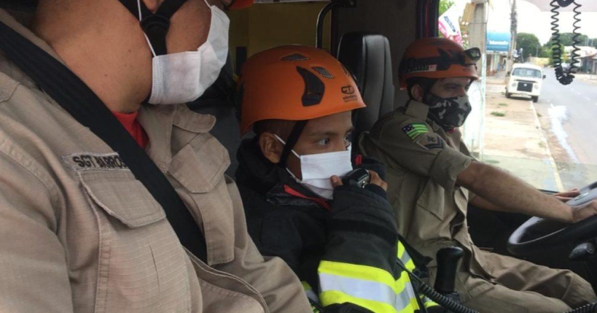 Menino com câncer terminal realiza sonho de ser bombeiro por um dia: 'Estou sonhando?' 1