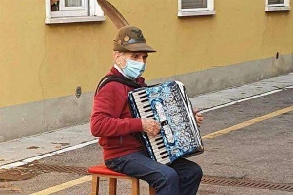 idoso tocar acordeão para esposa internada