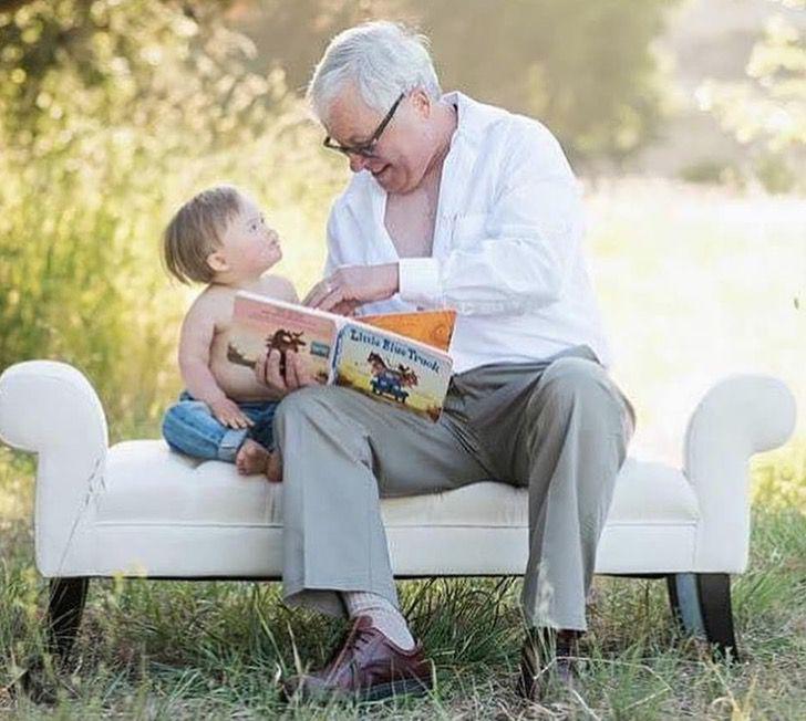 avo lendo livro neto sentados sofá jardim