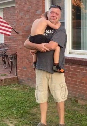 ayden abraçado com avô