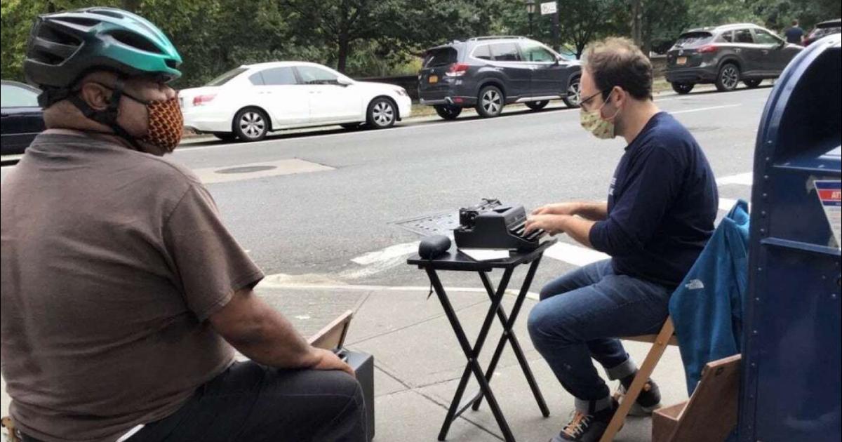 Com uma máquina de escrever, professor de NY ajuda desconhecidos a enviar cartas para amigos que se sentem tristes na pandemia 1