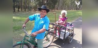casal de idosos passeando