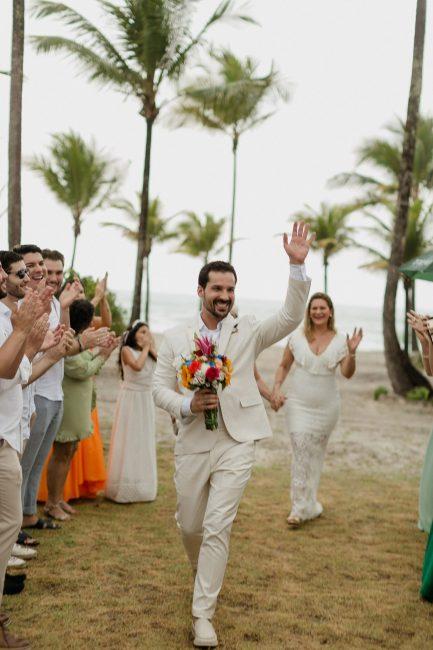 Homem de branco em casamento dele próprio na praia