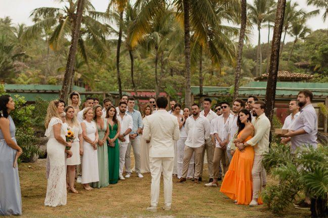 Noivo e convidados em casamento