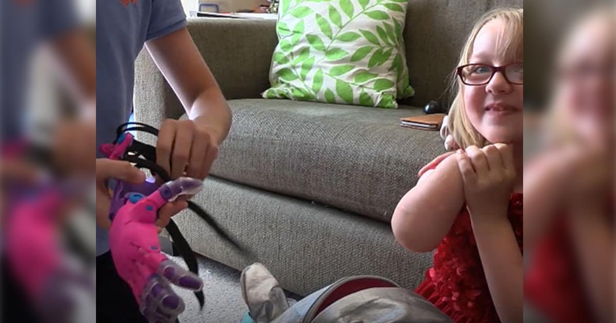 Menino cruza o oceano para presentear Chloe, de 8 anos, com prótese que fez exclusivamente pra ela 1