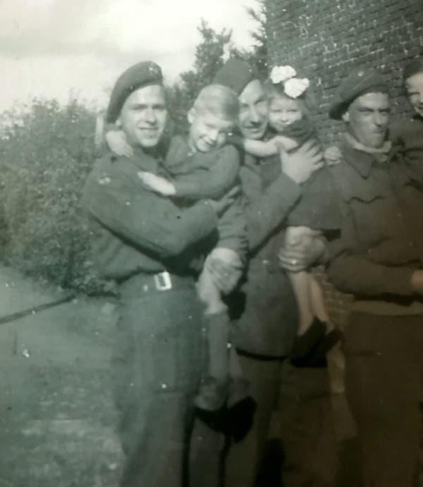 75 anos depois, veterano da Segunda Guerra recria foto com garoto belga que lhe deu abrigo 3