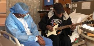 medico leva guitarra para paciente