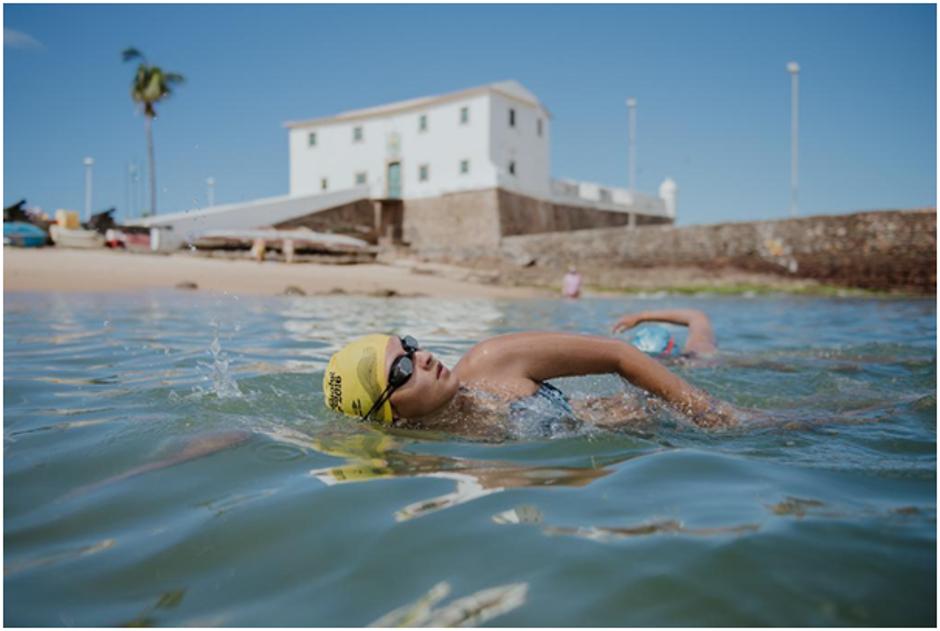 """Professora ajuda comunidade com aulas gratuitas de natação para quem não pode pagar: """"colocou a touca, somos todos iguais"""" 3"""