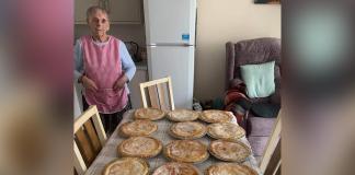 idosa cozinha tortas para necessitados