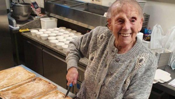 idosa faz tortas pra pessoas carentes