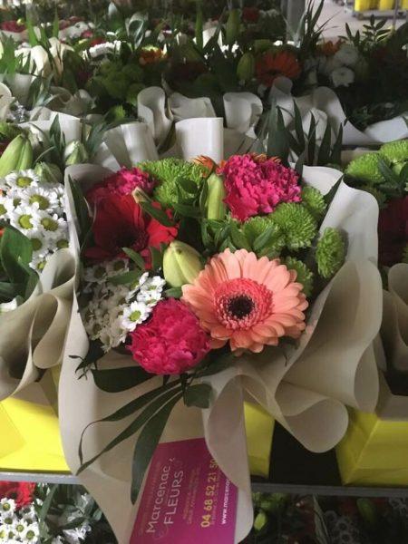 florista distribui buquês para médicos