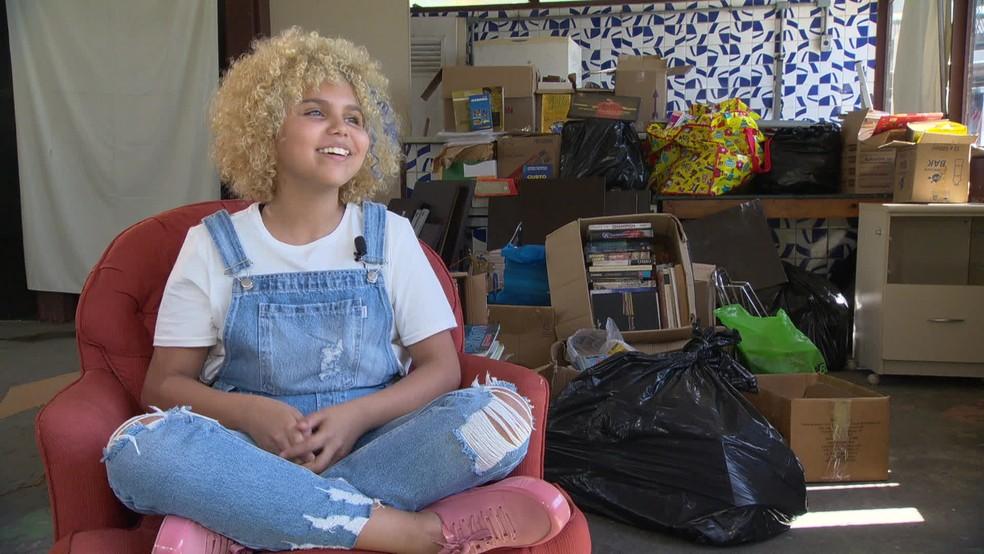 Menina de 13 anos monta sozinha biblioteca em comunidade no RJ e pede apoio para reforma do espaço 3