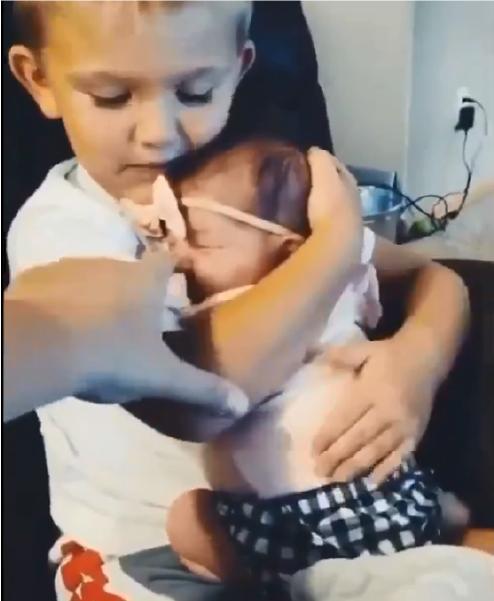 garoto com irmã no colo