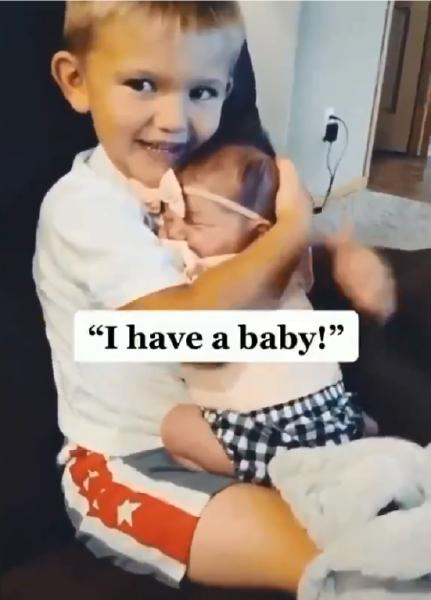 irmão com bebê no colo