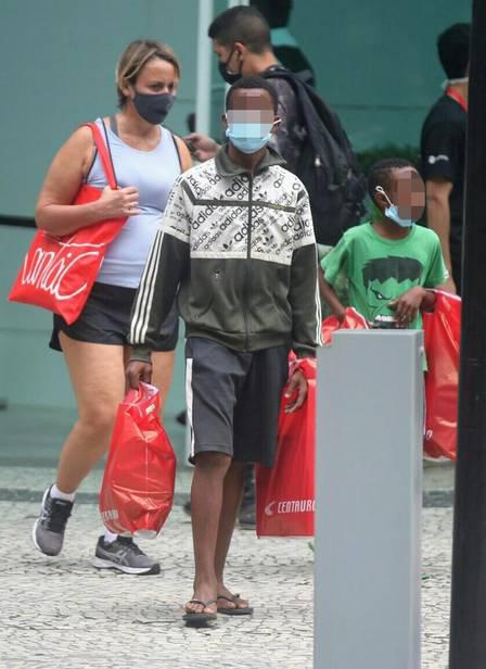 atriz giulia gam leva meninos vendem bala passear shopping